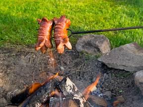 Špekáčky - lidově buřty - jsou nejlepší na ohni