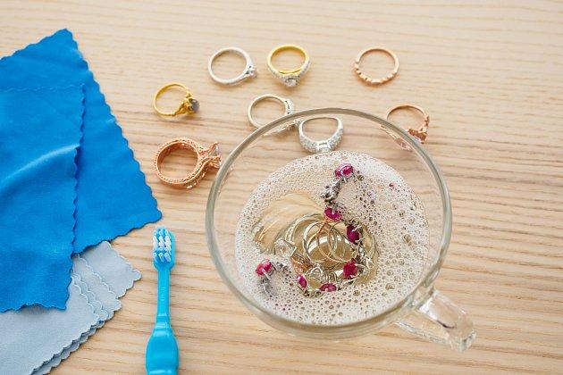 K vyčištění drobných šperků poslouží dobře i zředěný ocet, ale nepoužívejte jej na velké starožitné předměty.