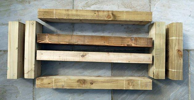 Dřevěná prkna, trámky rozřežte dle požadovaných rozměrů.