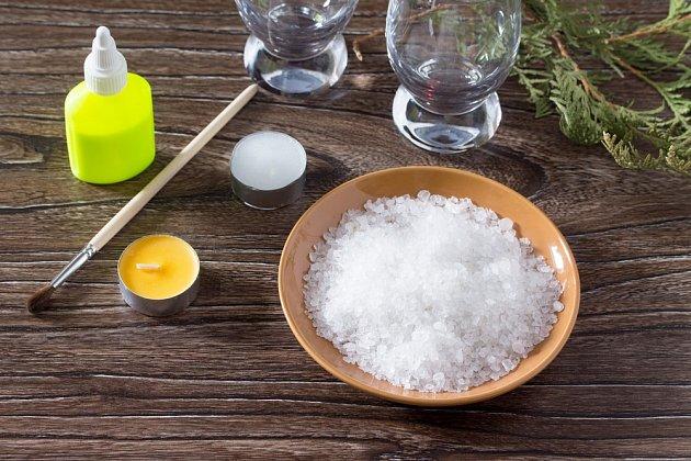 Na výrobu svícnu potřebujete jen sůl a lepidlo