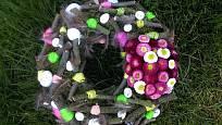 Závěrečným krokem je přilepení kropenatého peří a malých  dekoračních vajíček.