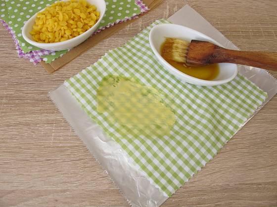 Roztavený včelí vosk můžeme na látku nanášet štětcem.