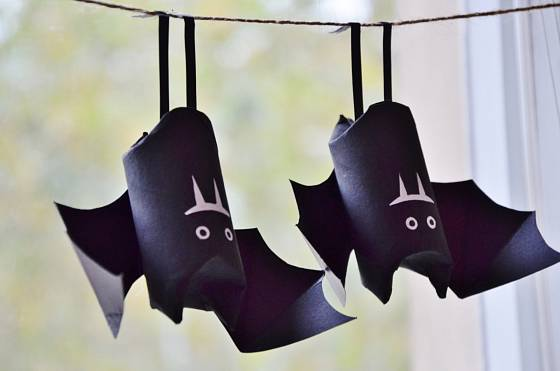 Veselí papíroví netopýři vyrobení z ruličky od toaletního papíru