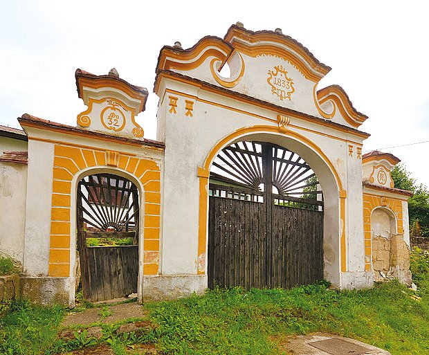 Ze statku ve Vrátně zbyla trojdílná brána zbyla s kamennými kuželkami