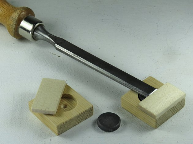 Dřevěné pouzdro chrání ostří dláta