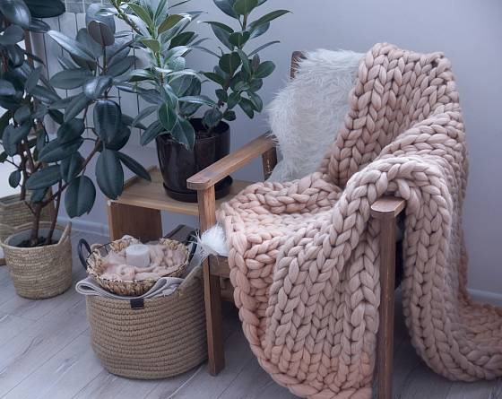 Pletené deky v přírodních barvách nezklamou