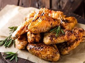 Křupavé kuřecí paličky a křidélka miluje snad každý