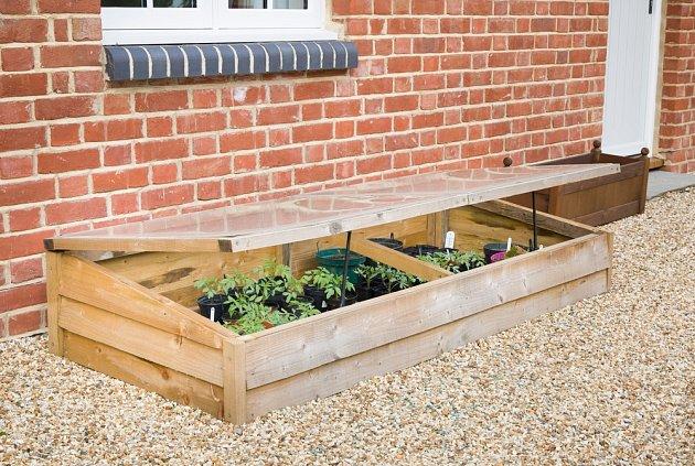 Pokud umístíme pařeniště na chráněné místo, zelenině v něm se bude skvěle dařit.