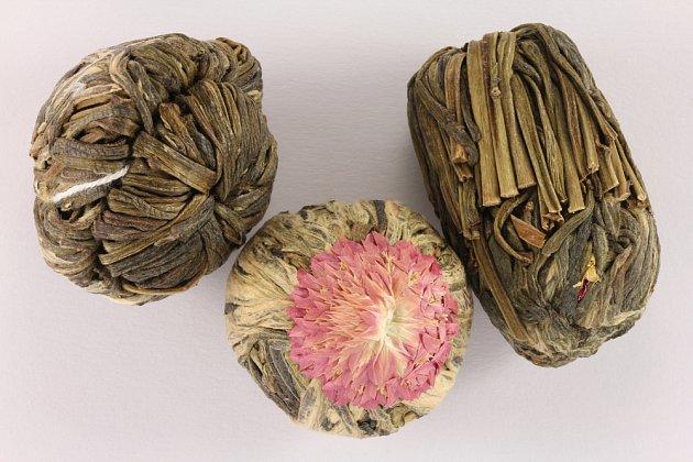 Hlávky pestrovek zdobí kvetoucí zelené čaje