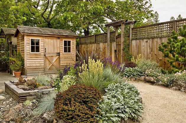 Domek do zahrady dokonale zapadá