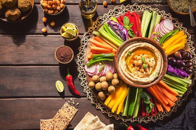 Vegetariány potěšíte hummusem se zeleninou.