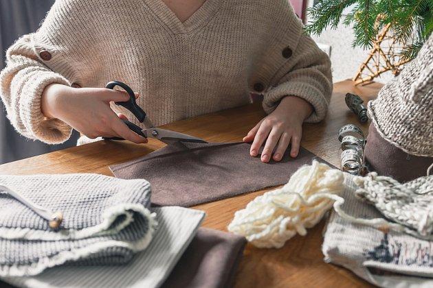 Na výrobu vánočního skřítka využijete i zbytky látek