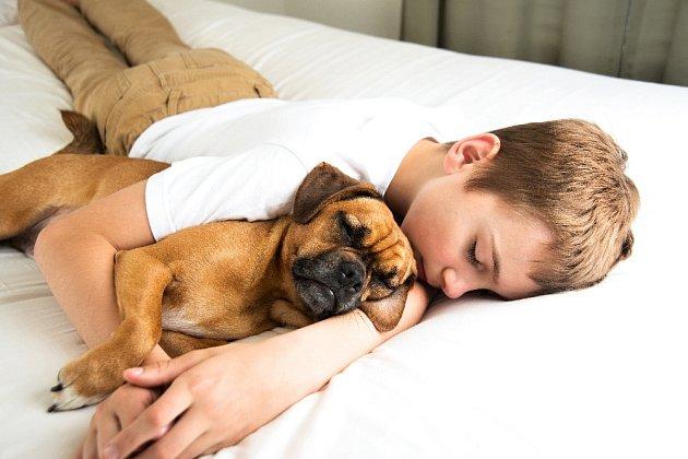 Děti a psi bývají těmi nejlepšími přáteli.