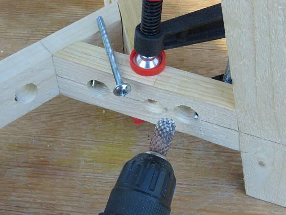 Výroba dřevěné trojnožky: Zahloubení brousíme šikmo