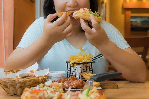 """""""Zhltnete"""" jídlo hned, jak usednete ke stolu?"""