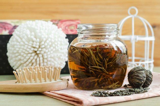 Zvlášť skvěle prospěje vlasům zelený čaj.