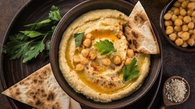 Humus, vláčná pasta z cizrny a sezamu, je výtečnou a zdravou pomazánkou