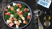 Keto salát s fetou, lososem a brokolicí