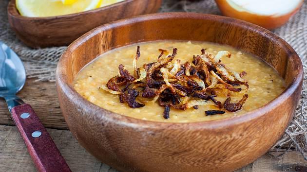 Blízkovýchodní čočkovou polévku můžete posypat křupavou osmaženou cibulkou.