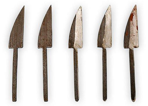 Čepele budoucích řezbářských nožů jsou laserem vyřízlé z listu katrové pily