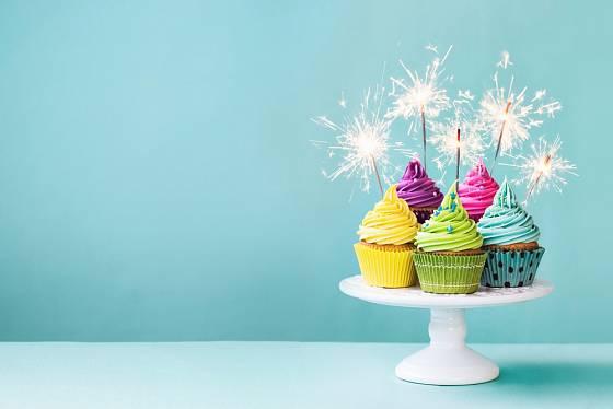 Cupcake s prskavkami místo dortu.