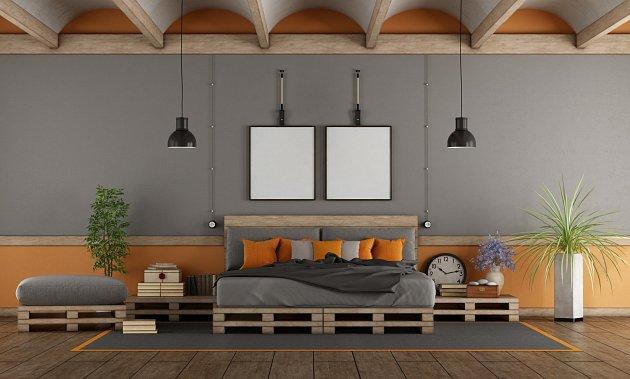 Postel je možné ozvláštnit i různými praktickými doplňky, jako jsou čelo, úložný prostor, knihovnička na právě rozečtené knihy nebo noční stolky.