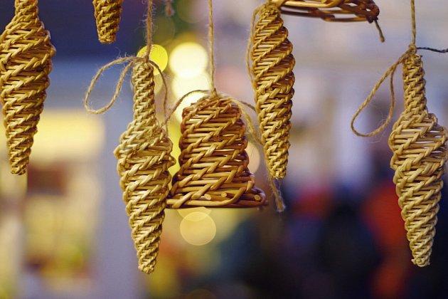 Ze slámy můžeme uplést i zvonečky a další vánoční ozdoby.