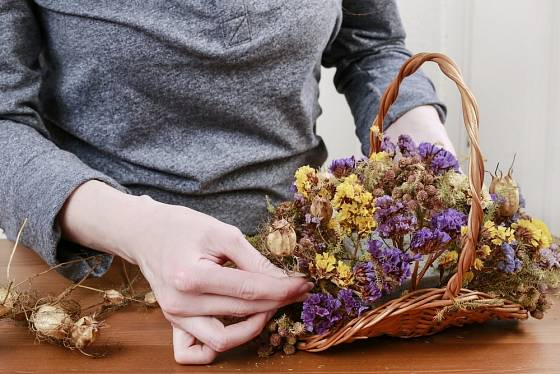 Suché květiny můžete s pomocí aranžérské hmoty umístit i do mělkého košíku