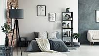 Vhodnými barvami do ložnice jsou šedá a béžová. Postel by měla stát v prostoru, čelem ke zdi, dál od dveří a oken.