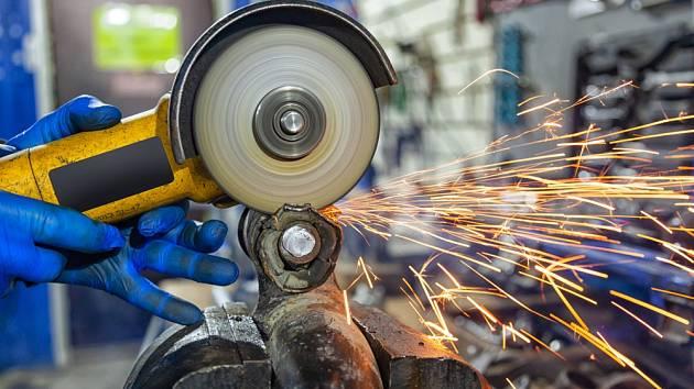 Při práci s úhlovou bruskou držte přístroj oběma rukama a materiál bezpečně upněte.