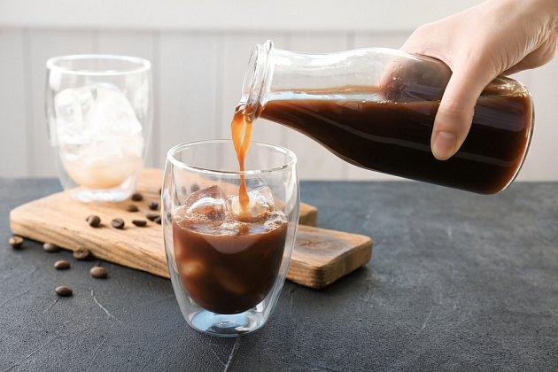 Mletá káva se zalije malým množstvím horké vody, která filtrem překapává přímo na kostky ledu.
