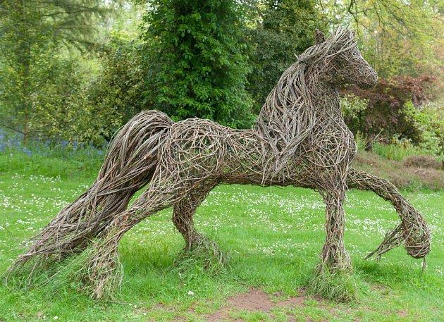 Zahradní socha ve tvaru koně spletená z  vrbového proutí.
