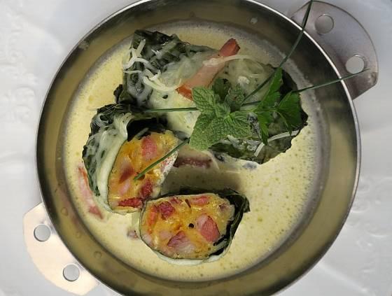 Capuns servírujeme posypané rozškvařenou slaninou a sekanými bylinkami.