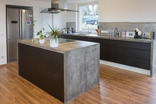 kuchyňská linka a ostrůvek z deskou z betonu, potažené betonovou stěrkou