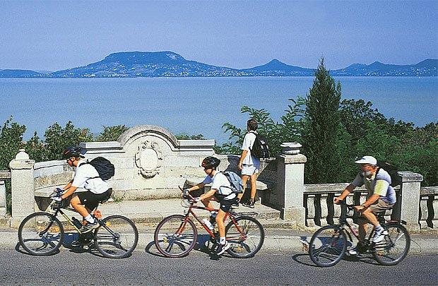 Kolem Balatonu na kole