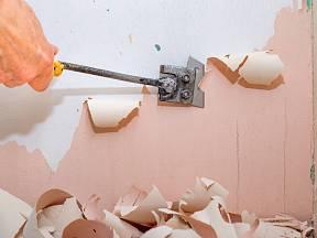 Odstranění starého latexového nátěru bývá zdlouhavé.