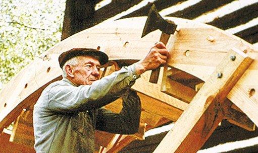 Učitel pana Myšky sekerník Jan Vondráček (72) při stavbě mlýnského kola na Králově pile v roce 1970