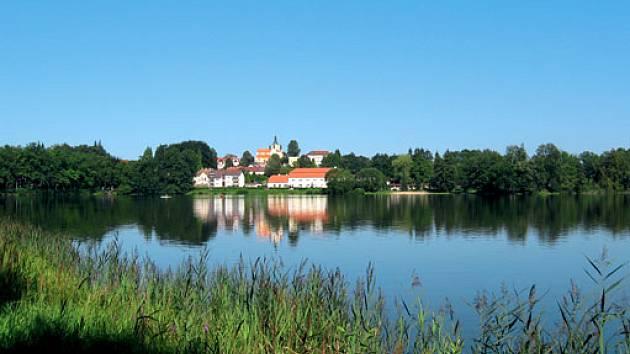 rybník Hejtman, v pozadí Chlum u Třeboně