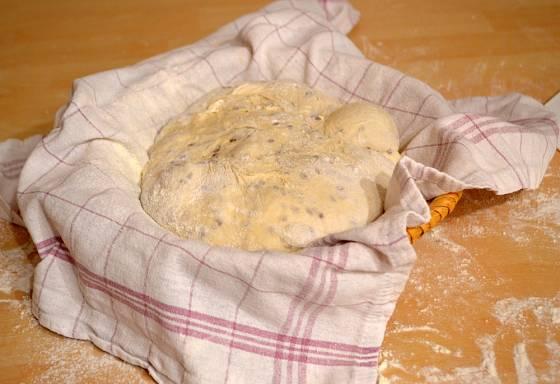 Chlebové těsto bude na závěr ještě kynout
