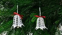 Bílé zvonečky k háčkovaným vánočním dekoracím neodmyslitelně patří.