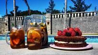 K sangrii skvěle půjde šťavnatý ovocný sangria dort.