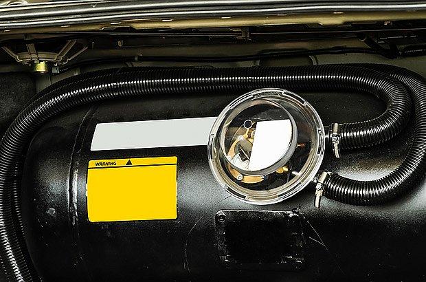 Nádrž na LPG uložená v zavazadlovém prostoru vozidla