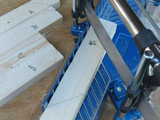 Výroba dřevěné trojnožky: Označené lišty seřízneme