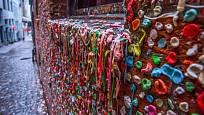 Cihlová zeď polepená žvýkačkami se stala turistickou atrakcí např. v Seattlu.