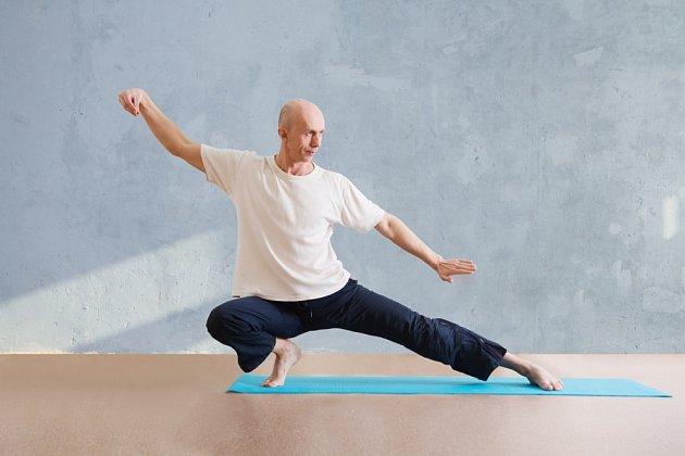 Toto relaxačně pohybové cvičení se provádí v pomalém tempu v souladu s dechem