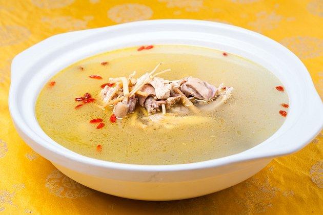 Kuřecí polévka s ženšenem a goji.