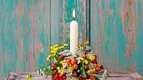 Podzimní dekorace s vysokou svící