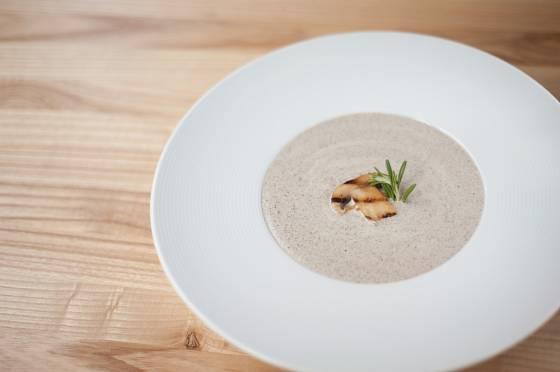 Žampionová polévka bude nadýchaná, když ji před podáváním krátce znovu rozmixujete.