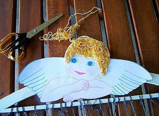 Andělíčka přichytíme na ramínko a doplníme mu vlasy.
