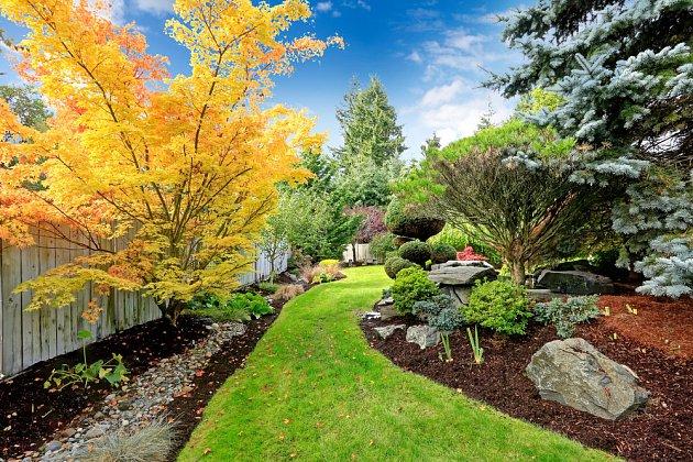 Falešná perspektiva může být i zužující se pěšinka nebo chodník v zahradě.